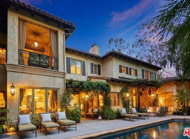 O estilo mediterrâneo está nas varandas, cores, janelas e formato da casa (Foto: The MLS/ Reprodução)