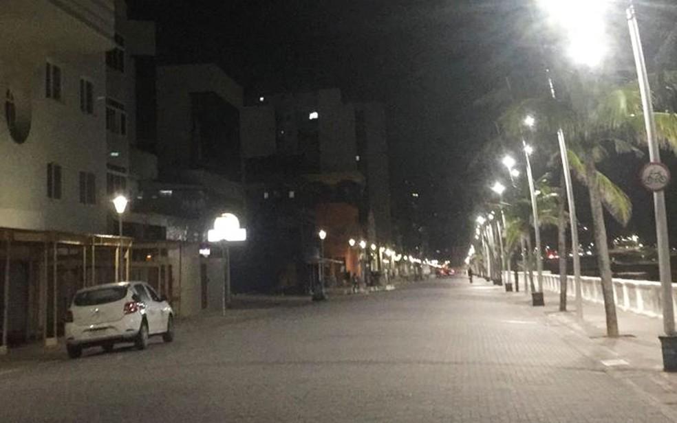Avenida Oceânica, na região próxima ao Farol da Barra, completamente vazia na noite desta sexta-feira (19) — Foto: Dalton Doares/TV Bahia