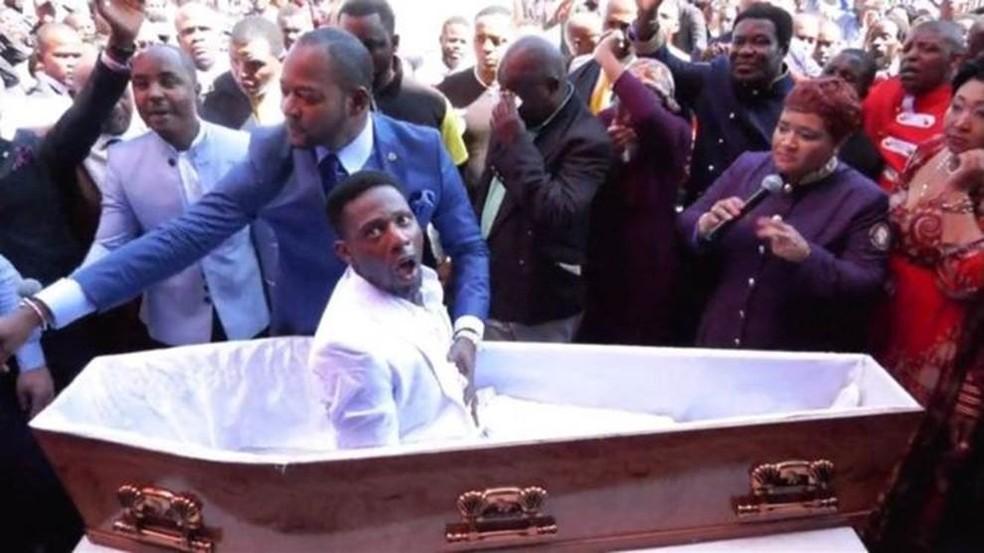 Vídeo do pastor Alph Lukau em que ele 'ressucita' um homem viralizou na África do Sul — Foto: Facebook Alph Lukau/ BBC