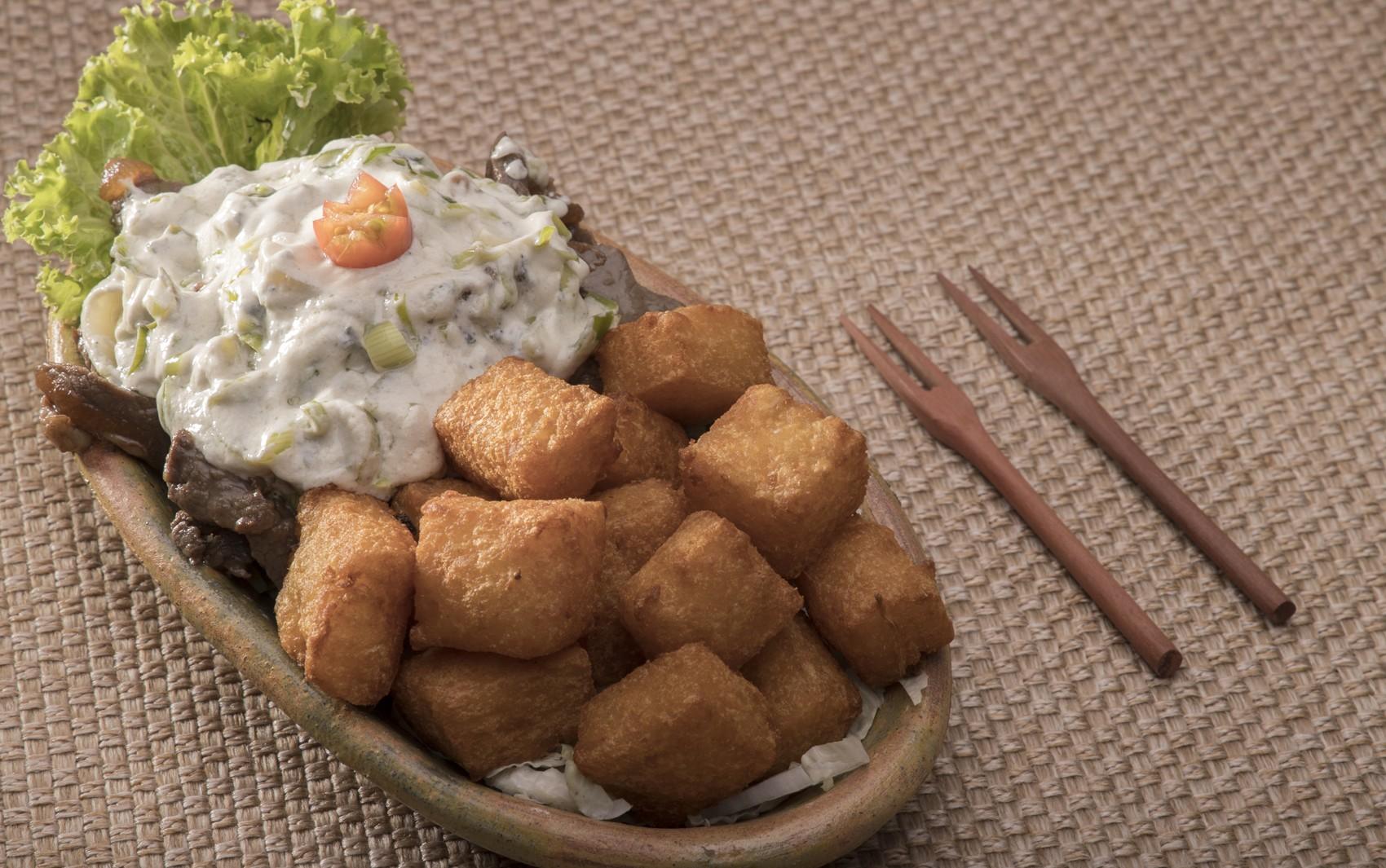 Comida di Buteco: petisco de iscas de carne com molho gorgonzola e alho-poró participa do festival