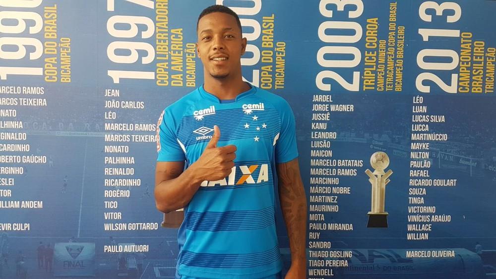 Ainda lesionado, atacante David, reforço do Cruzeiro para 2018, chega à Toca da Raposa