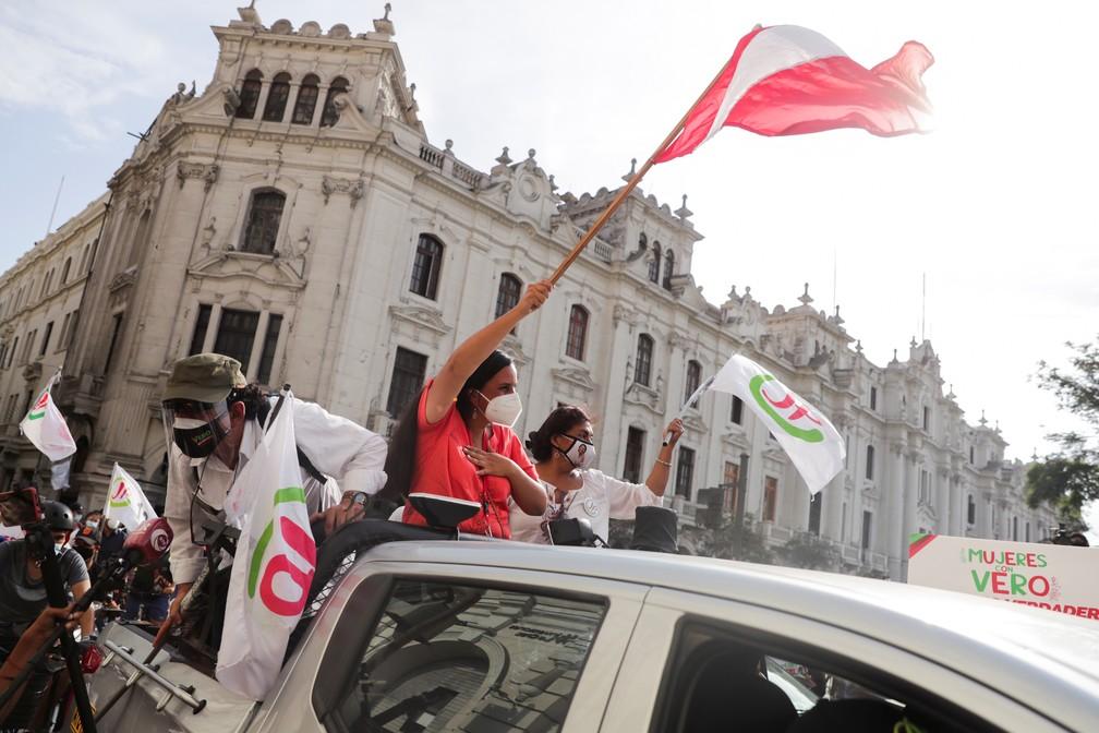 Verónika Mendoza faz campanha como candidata a presidente do Peru em carreata em Lima em 6 de abril — Foto: Sebastian Castaneda/Reuters