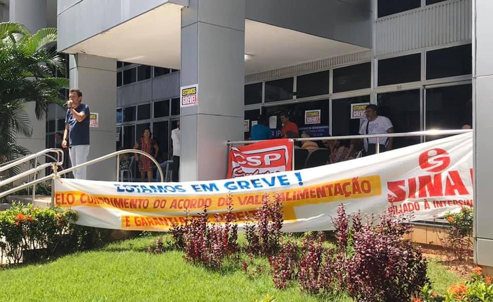 Servidores do Ipern fazem greve por tempo indeterminado e cobram vale-alimentação. Ato aconteceu na frente da sede do órgão. — Foto: Divulgação