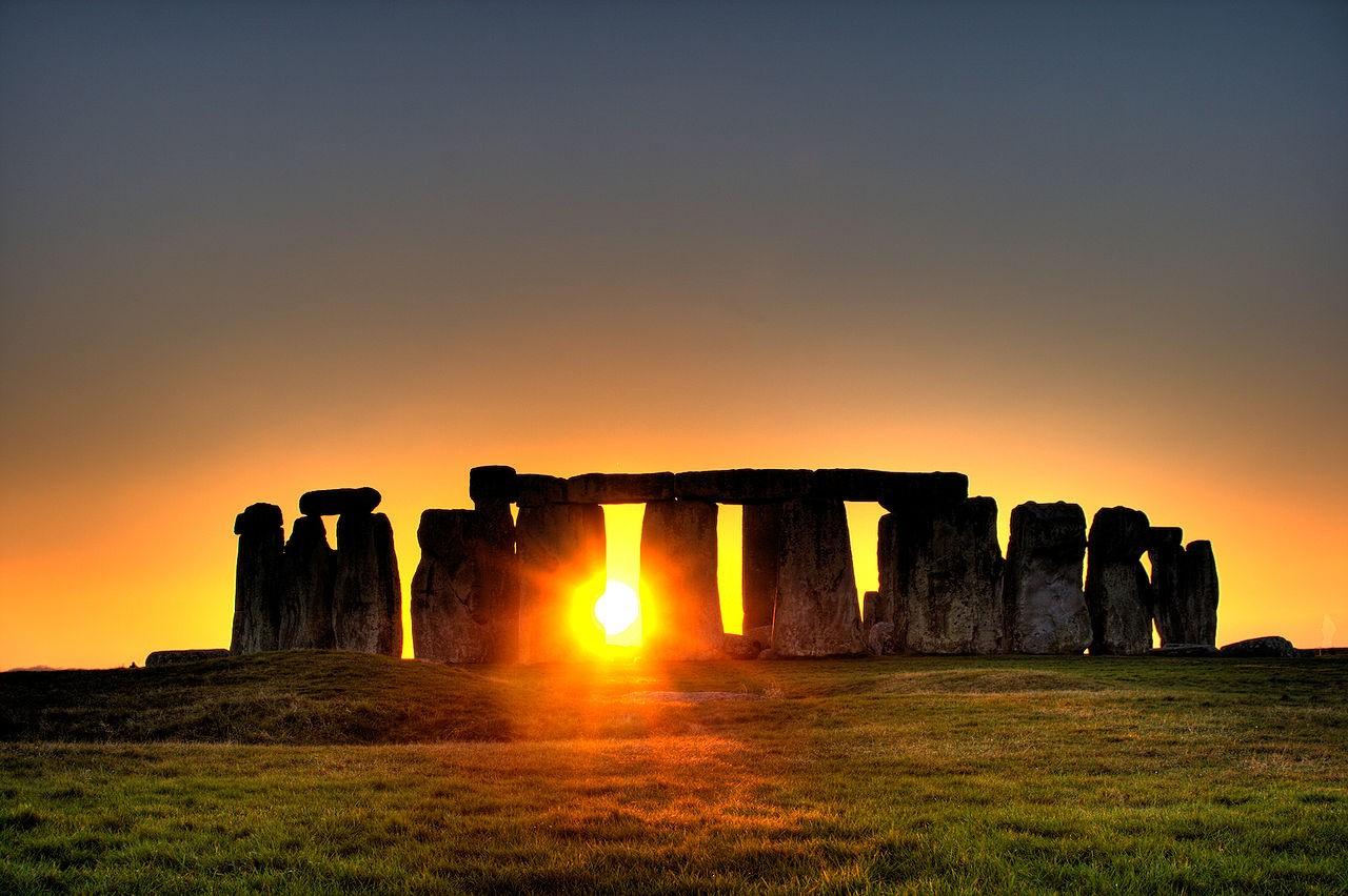 Diversas lendas e mitos rondam a história do monumento de Stonehenge (Foto: Wikimedia Commons)