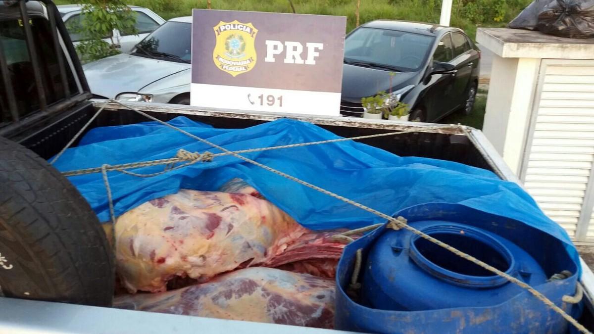 Dupla é detida transportando carne em más condições de higiene na BR-101, em Rio Bonito, no RJ