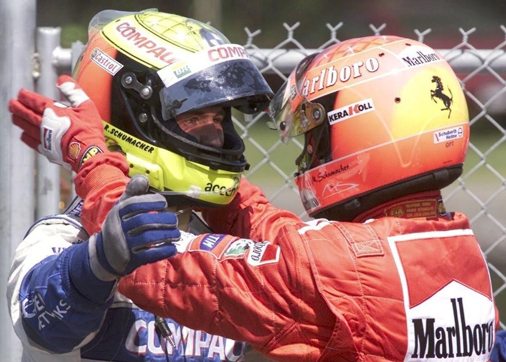 Ralf Schumacher recebe o carinho do irmão ao vencer no Canadá, em 2001 — Foto: Getty Images