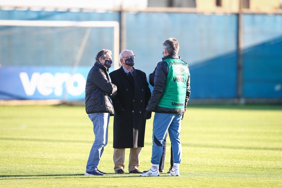 Paulo Luz, Romildo Bolzan Júnior e Renato conversam em treino do Grêmio — Foto: Lucas Uebel/Grêmio