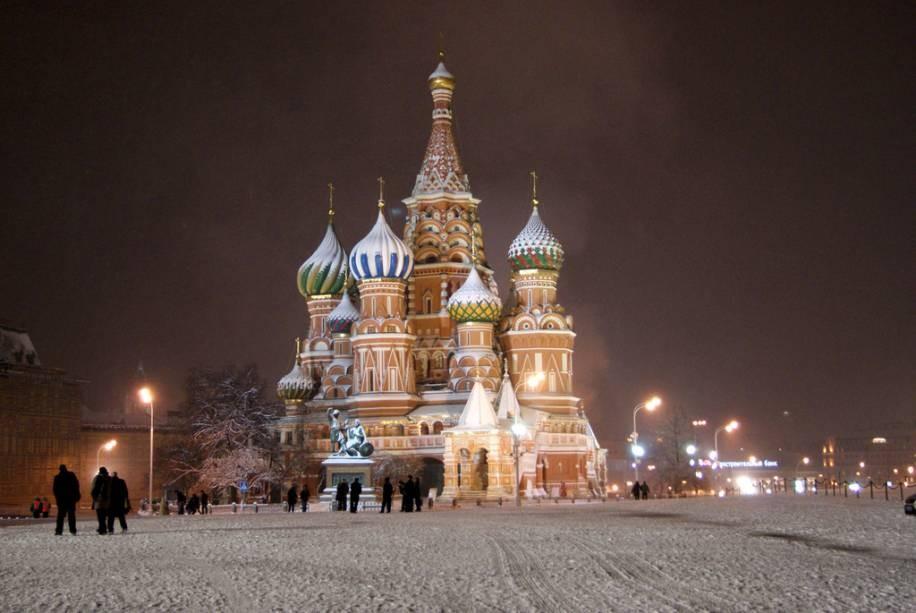 Cartão postal de Moscou, a Catedral de São Basílio é coberta por neve durante o inverno russo