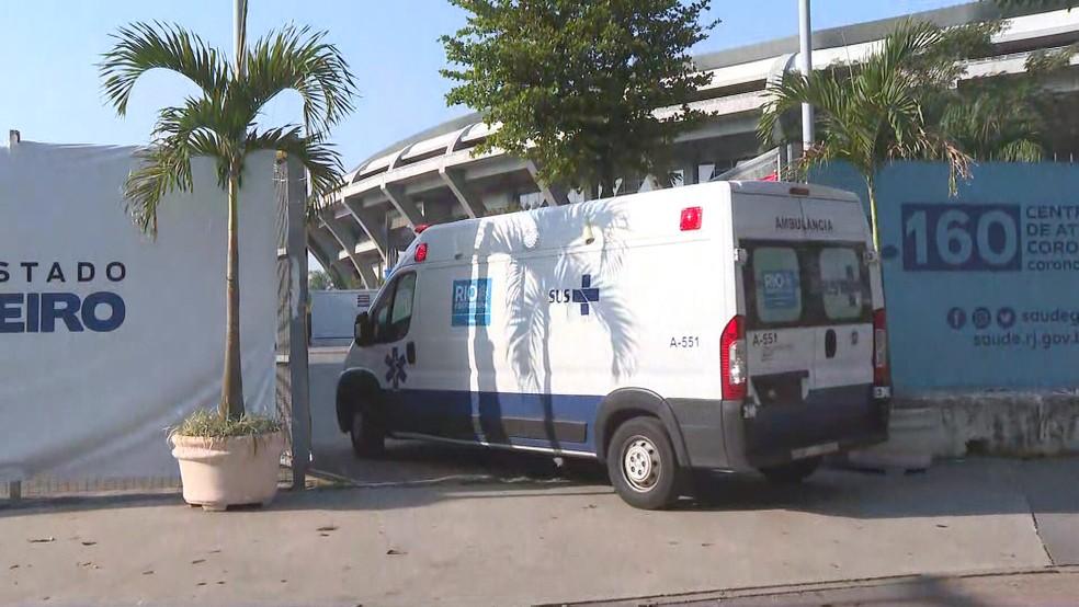 Ambulância entra no Hospital de Campanha do Maracanã: unidade marcada para fechar — Foto: Reprodução/TV Globo