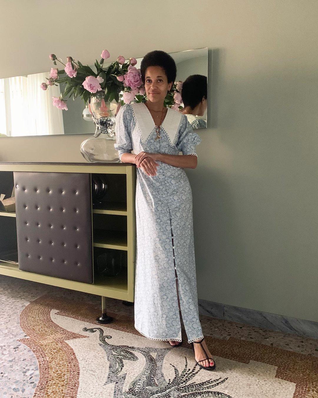 Vestido vitoriano: aposte nos elementos clássicos da tendência, como golas altas ou redondas, estampas florais e comprimentos longos (Foto: Reprodução/Instagram)