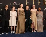 Angelina Jolie leva 5 dos 6 filhos com Brad Pitt à première de 'Eternos'
