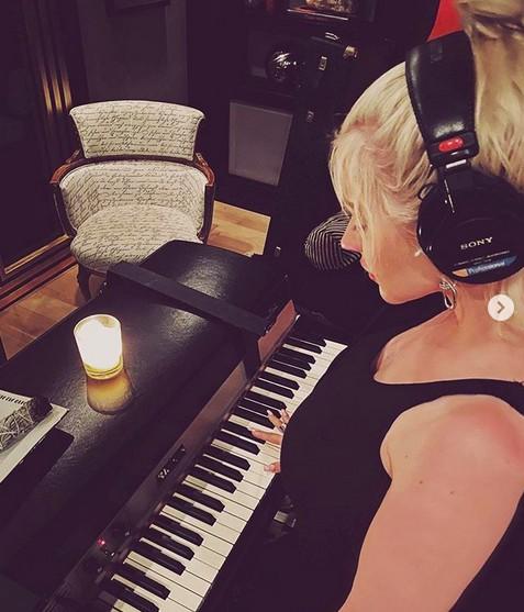 A cantora Christina Aguilera ensaiando em casa durante a quarentena (Foto: Instagram)