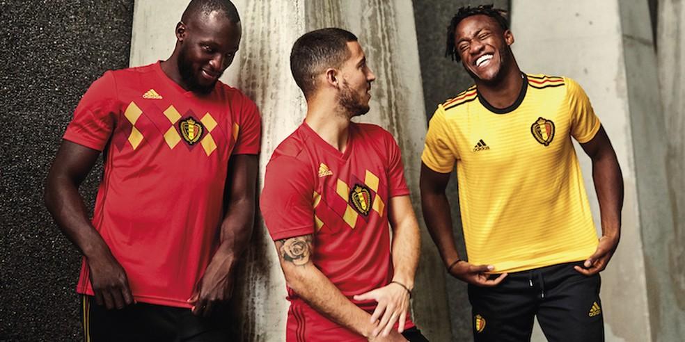 Lukaku e Hazard com a camisa vermelha da Bélgica no lançamento do novo uniforme reserva amarelo vestido por Batshuayi (Foto: Reprodução)