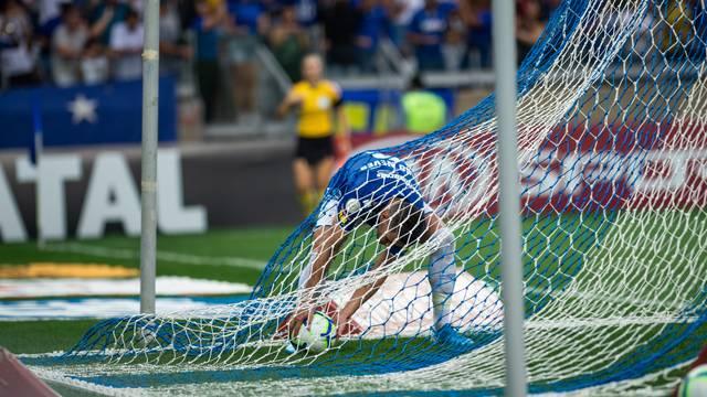 Thiago Neves recolhe a bola dentro do gol, após marcar para o Cruzeiro contra o Flamengo