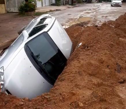Carro cai em buraco de rua em obras no bairro Laguinho, em Macapá