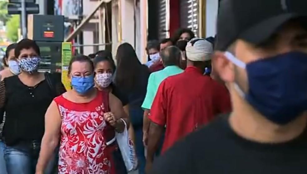 Movimento em área comercial de Piracicaba durante a pandemia do coronavírus — Foto: Ronaldo Oliveira/ EPTV