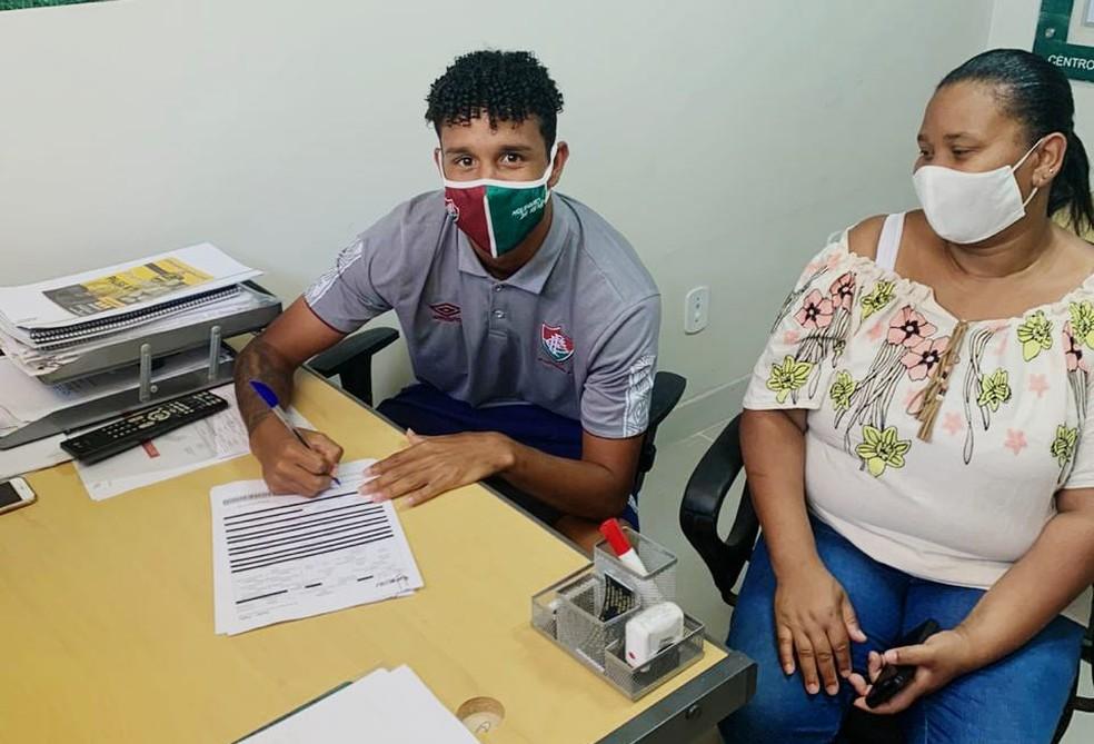 Miguel Vinícius assinou contrato ao lado da mãe, Dona Claudenice — Foto: Divulgação