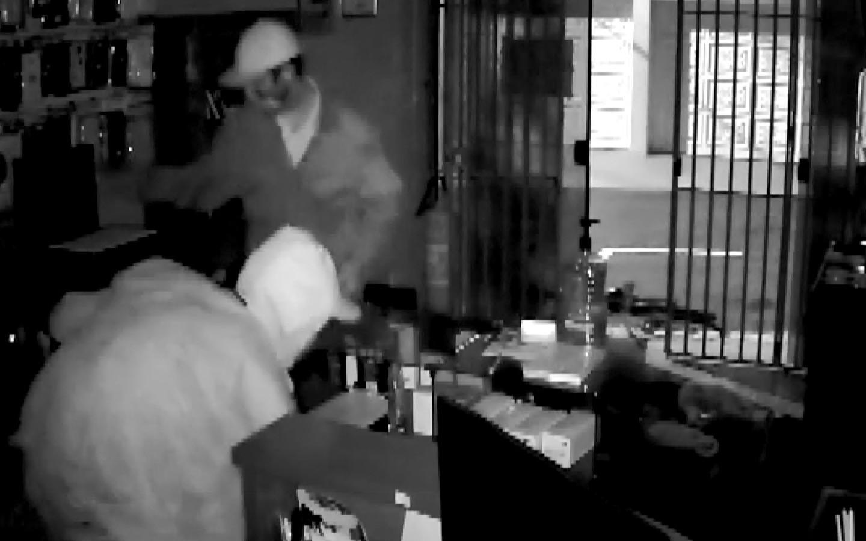 Câmeras de segurança registram ação de suspeitos durante furto a loja de informática em Itapira