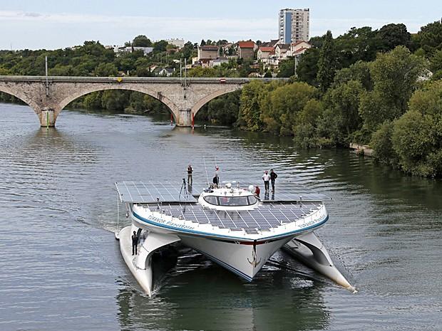 Maior barco movido a energia solar do mundo,  Turanor PlanetSolar navega pelo rio Sena, perto de Paris, neste domingo (8) (Foto: Benoit Tessier/Reuters)