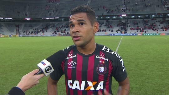 Em fim de contrato, Éderson festeja gol em oportunidade com Fernando Diniz no Atlético-PR