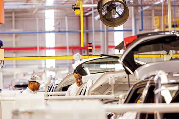 """Ulisses Cavalcante trocou a caneta pela parafusadeira e foi trabalhar na linha de montagem de três modelos da nissan, em resende (RJ), e  conta como é encarar o """"chão de fábrica"""" (Foto:   Felipe Gombossy)"""