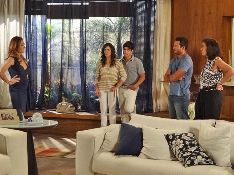 Patrícia obriga Tereza Cristina a pedir desculpas para Griselda em 'Fina Estampa' — Foto: Globo