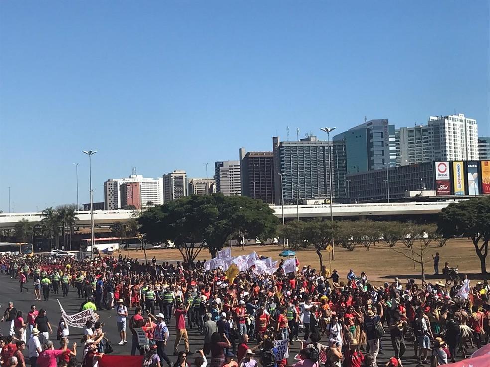 BRASÍLIA, 10h: manifestantes protestam contra cortes na Educação, em Brasília — Foto: Afonso Ferreira/G1
