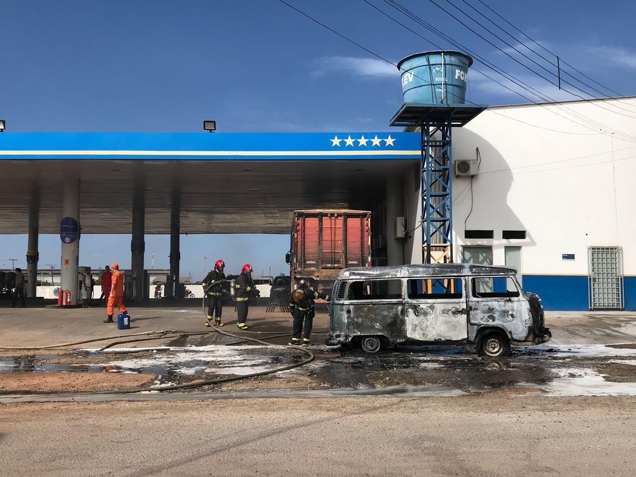 Kombi pega fogo em posto de combustíveis na zona Oeste de Boa Vista