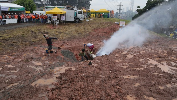 simulação de roubo de combustível de duto (Foto: Suelen Magalhães / divulgação Petrobras)