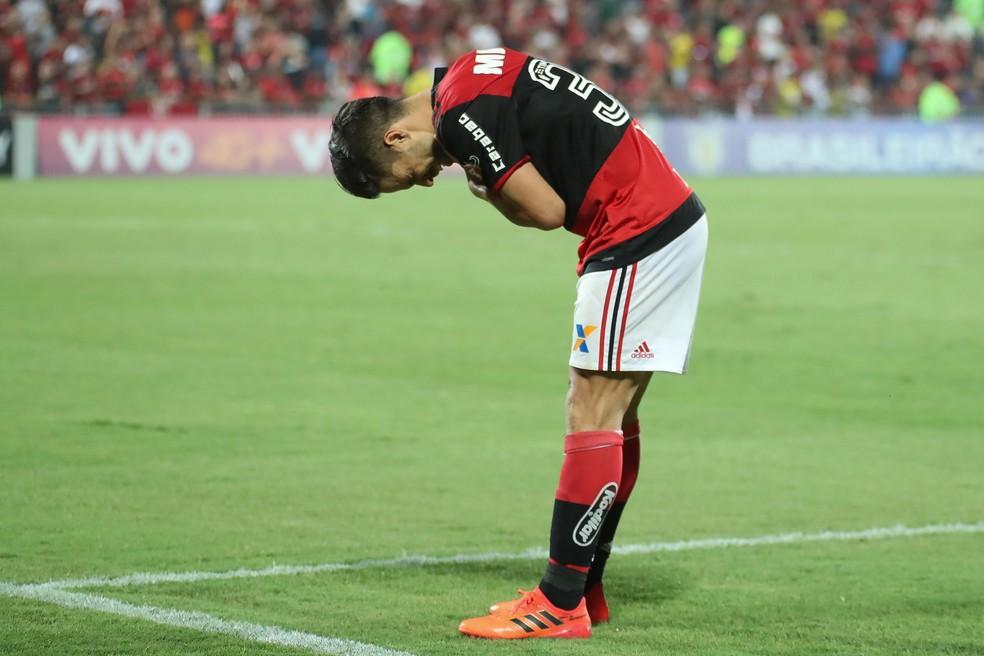 Diego reverencia torcida após vitória na Ilha do Urubu (Foto: Gilvan de Souza/Flamengo)