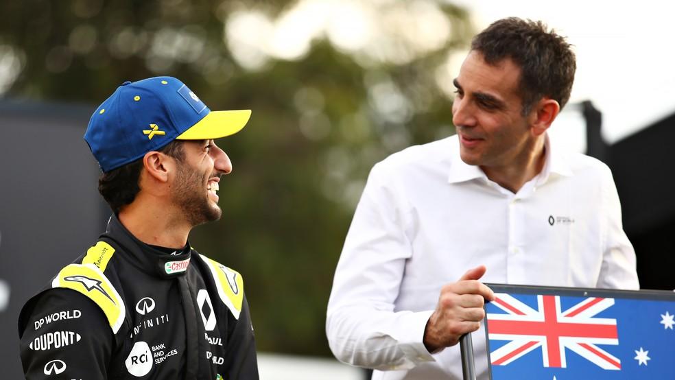 Daniel Ricciardo ao lado do chefe da Renault, Cyril Abiteboul — Foto: Getty Images