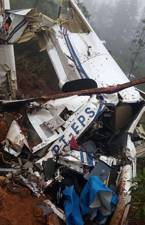 Seis morrem em queda de helicóptero em Campos do Jordão — Foto: Corpo de Bombeiros/ Divulgação