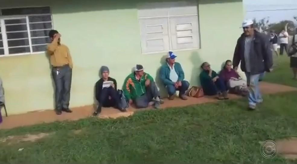 Moradores reclamam da demora no atendimento e falta de médico em posto de saúde de Itapeva — Foto: Reprodução/TV TEM