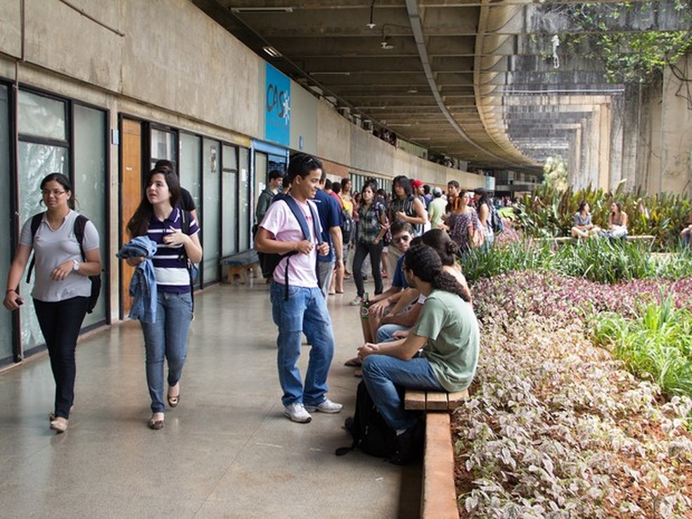 Alunos da UnB conversando no Instituto de Central de Ciências do Campus Darcy Ribeiro, em imagem de arquivo (Foto: Emília Silberstein/Agência UnB)