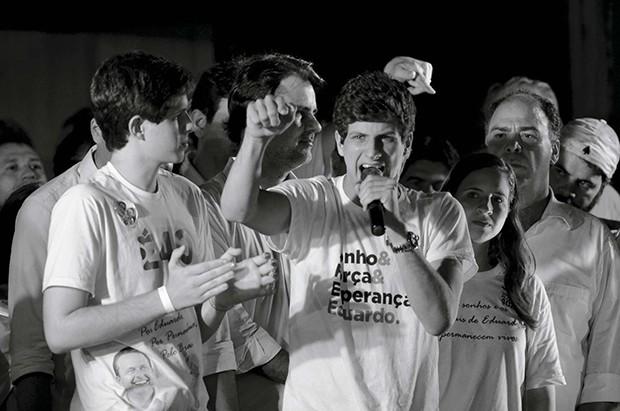 Brasil, Recife, PE, 05/10/2014. O filho mais velho de Eduardo Campos, João Campos, participa da festa da vitória de Paulo Câmara, candidato eleito governador de Pernambuco pelo PSB, no Marco Zero do Recife, neste domingo (05/10/2014). Câmara esteve acompa (Foto: PAGOS)