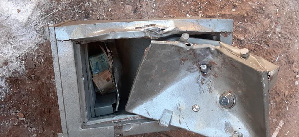 Dinheiro estava no fundo falso de um cofre em Araçatuba — Foto: Arquivo Pessoal