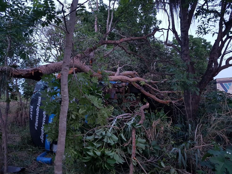 Acidente ocorreu na madrugada na BR-364, em Várzea Grande (Foto: Corpo de Bombeiros de MT/Assessoria)