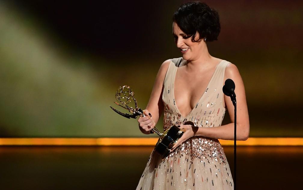 Phoebe Waller-Bridge celebra o prêmio de melhor atriz de comédia por 'Fleabag', no 71º Emmy no Microsoft Theatre, em Los Angeles, no domingo (22) — Foto: Frederic J. Brown/AFP