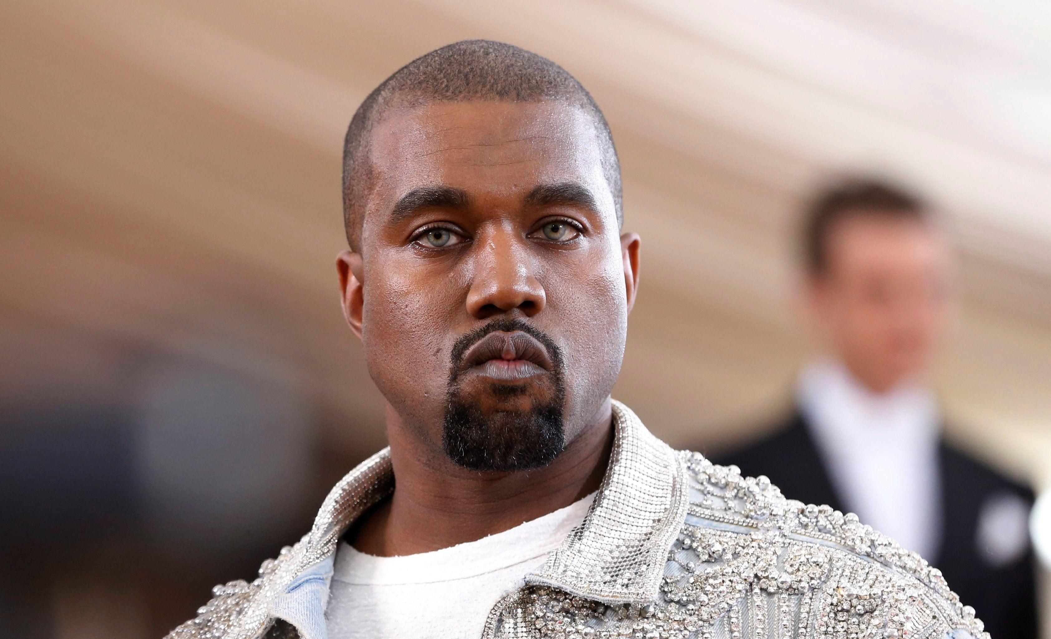 Kanye West doa US$ 2 milhões a famílias de vítimas negras e paga estudos da filha de George Floyd