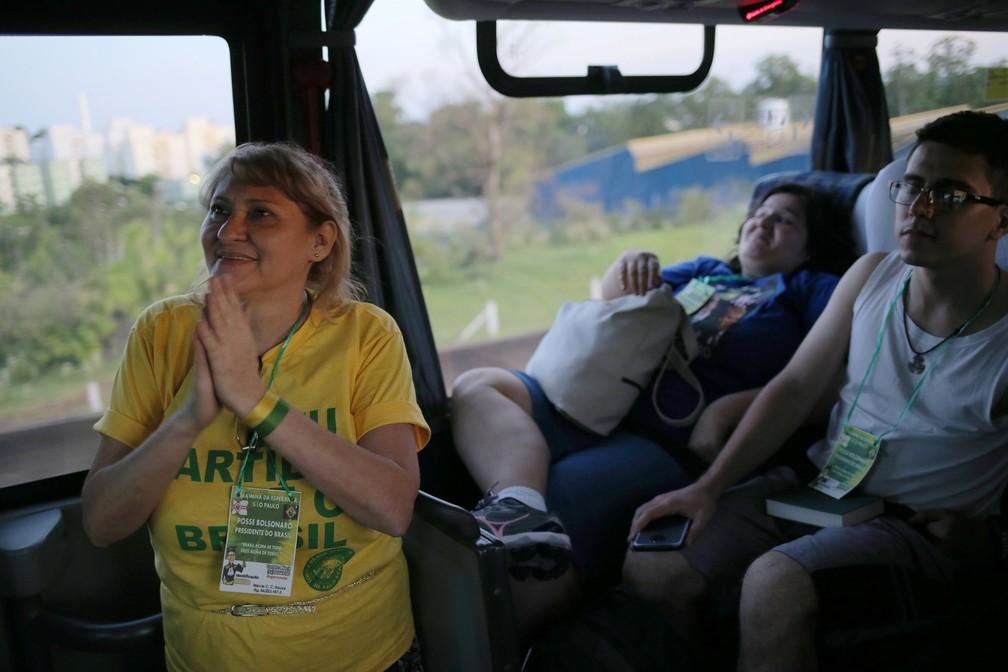 Apoiadores de Jair Bolsonaro viajam de ônibus de São Paulo para Brasília para assistir à cerimônia de posse — Foto: Amanda Perobelli/Reuters