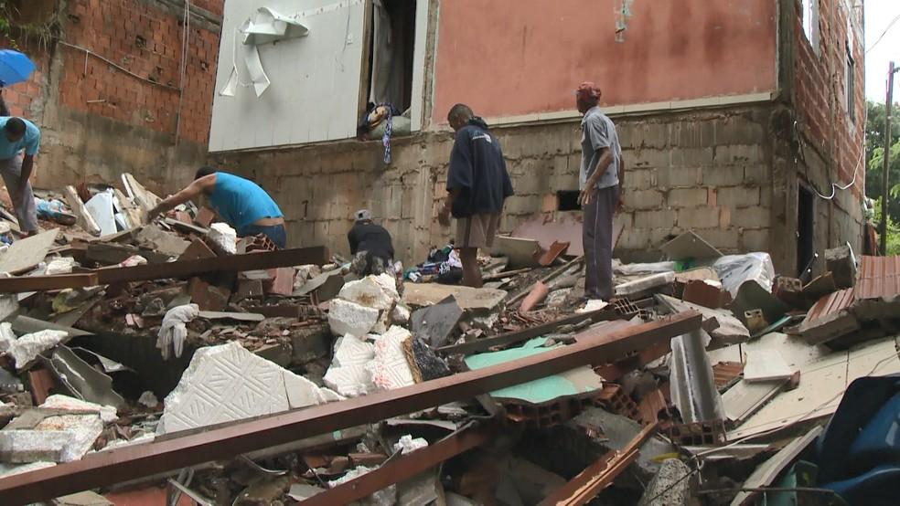 Família é soterrada e fica debaixo de escombros de casa em Cariacica — Foto: Reprodução/ TV Gazeta