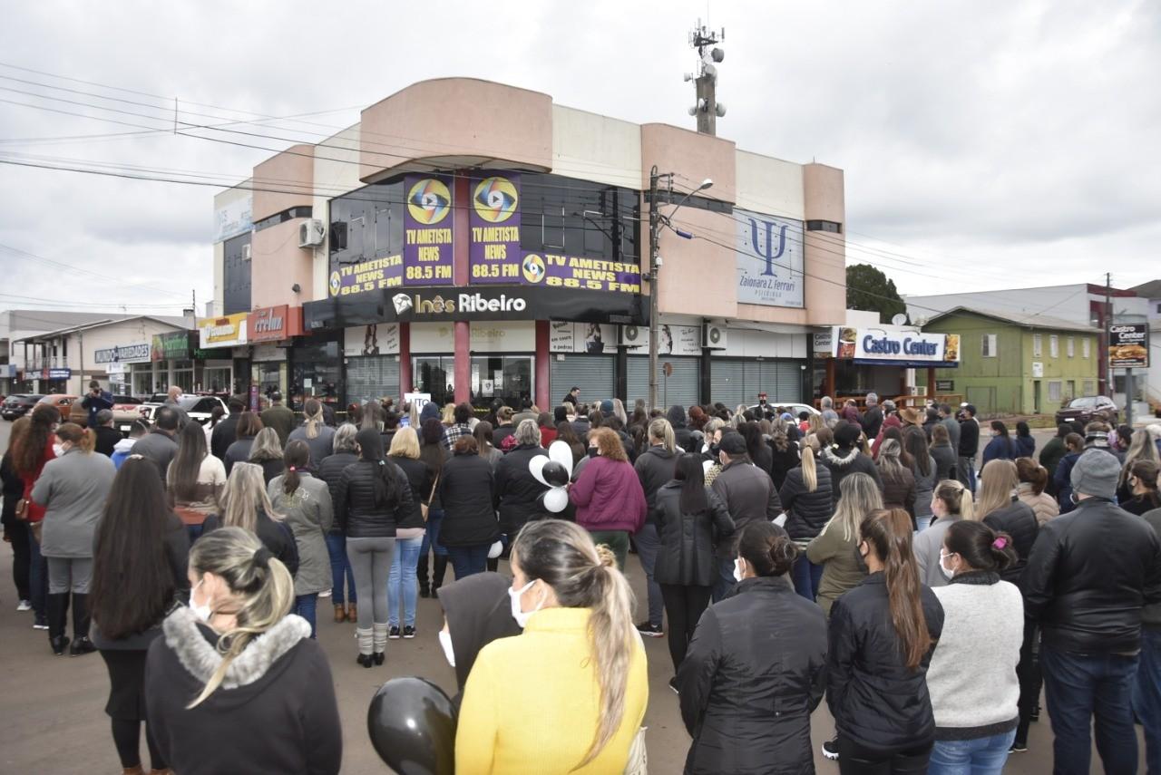 Moradores de Ametista do Sul pedem justiça em protesto por morte de empresária durante assalto