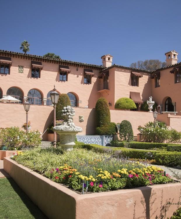 A casa é cercada por jardins (Foto: Jim Bartsch/ Reprodução)