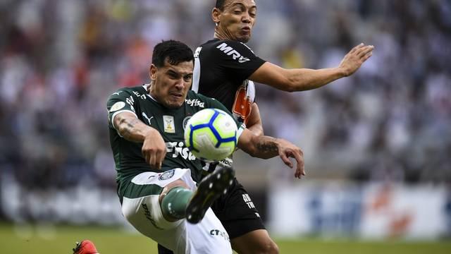 Gustavo Gómez disputa lance com Ricardo Oliveira