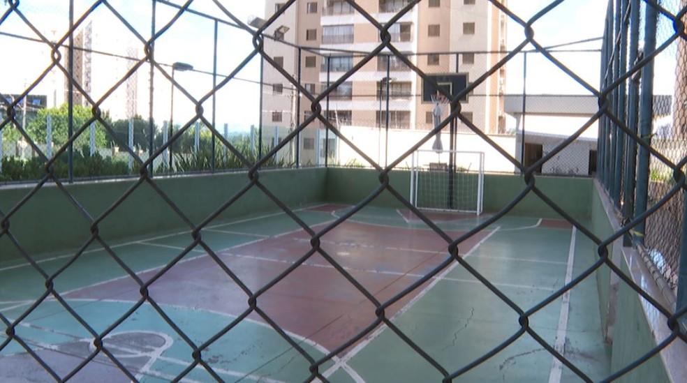 Quadra em condomínio de Ribeirão Preto (SP) está com uso suspenso para evitar avanço do novo coronavírus — Foto: Reprodução/EPTV