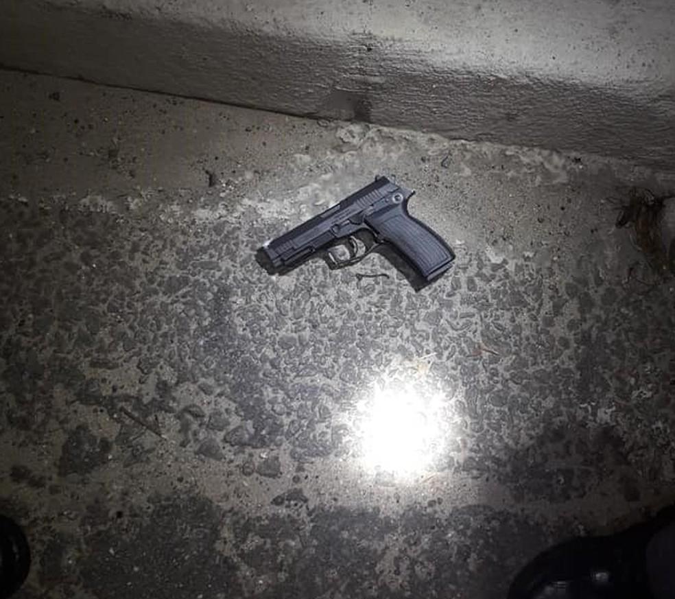 Arma usada no crime foi apreendida com criminosos — Foto: Divulgação/Polícia Militar