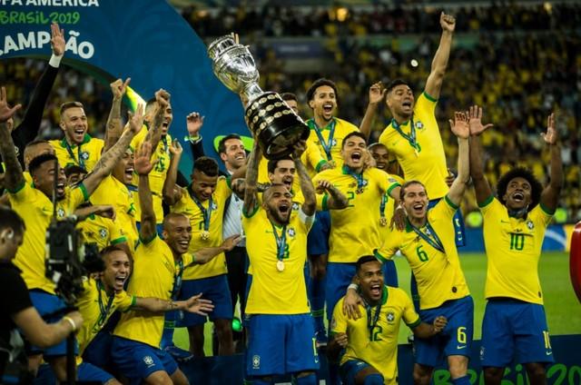 Jogadores do Brasil comemoram título da Copa América (Foto: Guito Moreto / Agência O Globo)