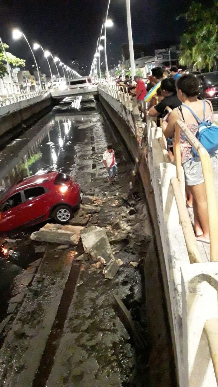 Carro cai no canal da avenida Tamandaré, em Belém - Notícias - Plantão Diário