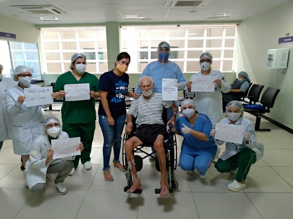 Idoso de 106 anos que se recuperou da Covid-19 junto da equipe médica do Hospital Metropolitano de Santa Rita, na Paraíba — Foto: Divulgação/Ascom Metropolitano