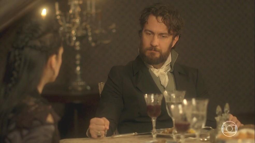 Thomas (Gabriel Braga  Nunes) fica irritado com o não de Anna (Isabelle Drummond) e soca a mesa, em 'Novo Mundo' — Foto: TV Globo